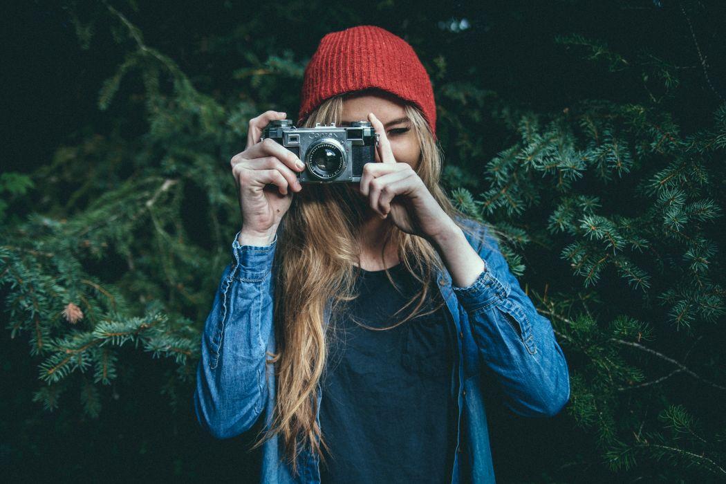Zdjęcie symboliczne dziewczyna z apartem fotograficznym