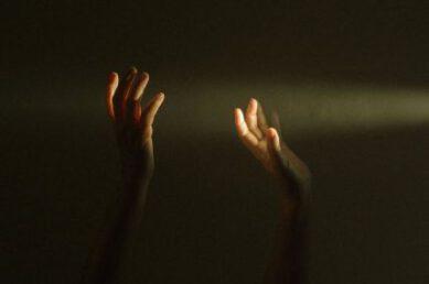 Dłonie w promieniu światła