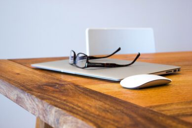Okulary na biurku